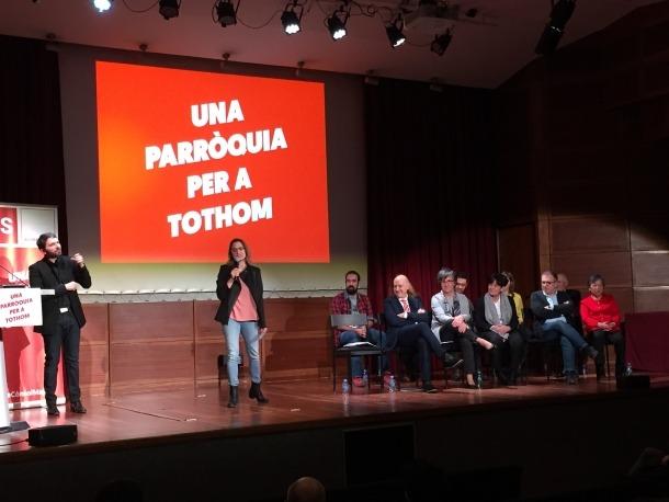Rosa Gili durant la seva intervenció en la reunió de poble d'ahir.