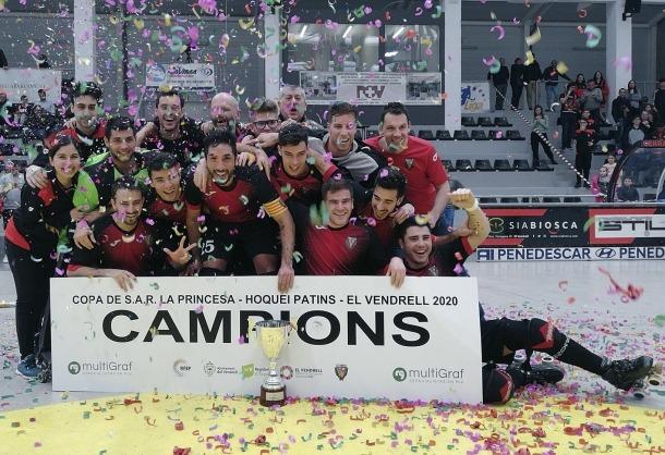 Gerard Miquel, el tercer a sota per la dreta, celebra el títol de la Copa Princesa.
