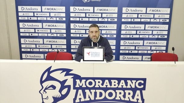 El tècnic del BC MoraBanc, Ibon Navarro, a la sala de premsa buida.