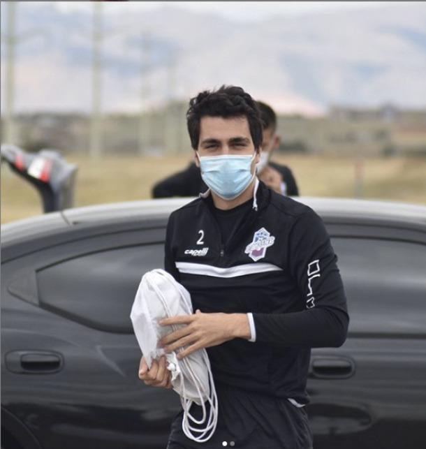 Joan Cervós, a l'arribada a l'entrenament a Colorado Springs i amb mascareta.