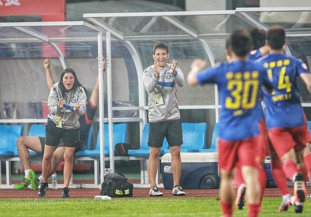 Jordi Escura i la seva parella, Erica Hernández, celebrant un gol del Qingdao Huanghai.