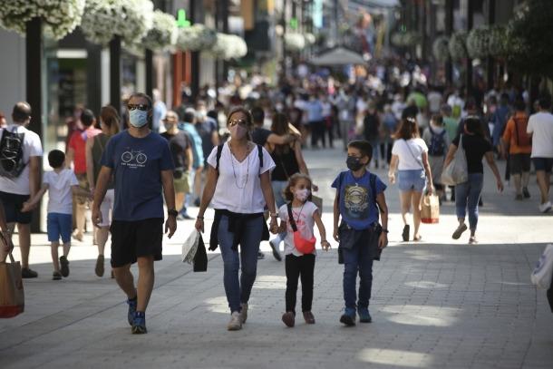Visitants omplint de gom a gom l'eix comercial, ahir al migdia.