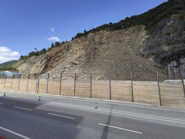 Imatge de l'estat en què es troba actualment la Portalada, amb el vessant per la qual han caigut els rocs que generaven alarma als encontorns.