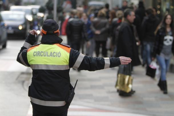 Un agent dirigint la circulació.