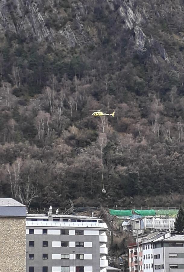 L'helicòpter retirant material, ahir.