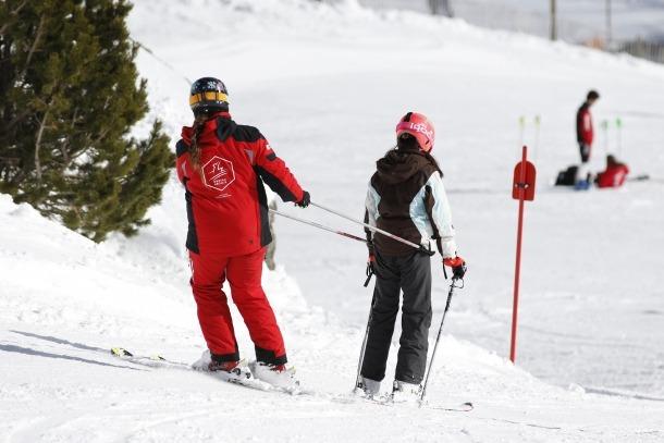 Personal treballant a les pistes d'esquí del país.