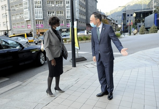 Un moment de la visita de la secretària general de l'OIF, avui.