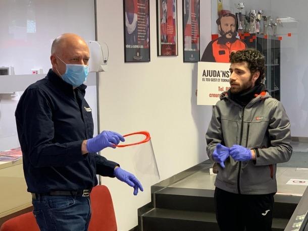 Moment en què Ivan Iglesias fa entrega de les 30 màscares de protecció facial a Joan Saurí.
