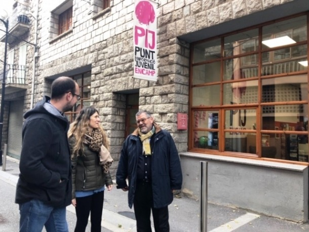 Rascagneres i Fernández davant del Punt d'Informació Juvenil, ahir al matí.