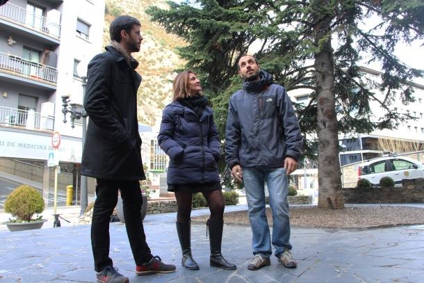 Cerni Xairat, Laura Mejías i Albert Gomà, davant del Comú antic de Sant Julià.