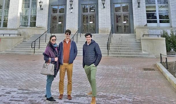 Els dos germans, al campus on cursen estudis, en una visita de la seva mare.
