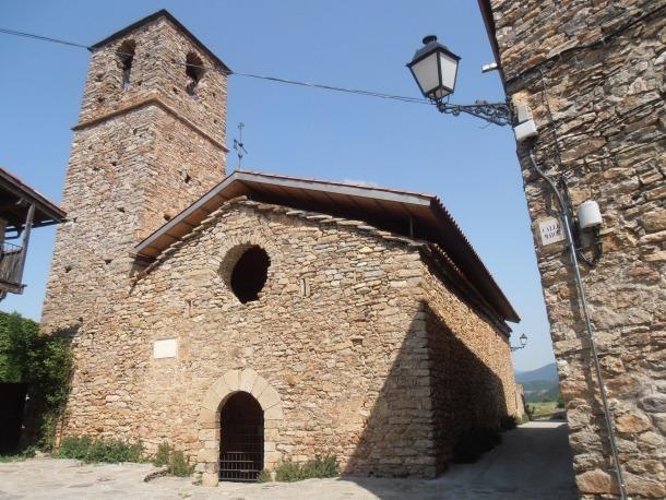 L'església de Sant Jaume, a Toloriu, amb la placa en memòria de Maria de Moctezuma.