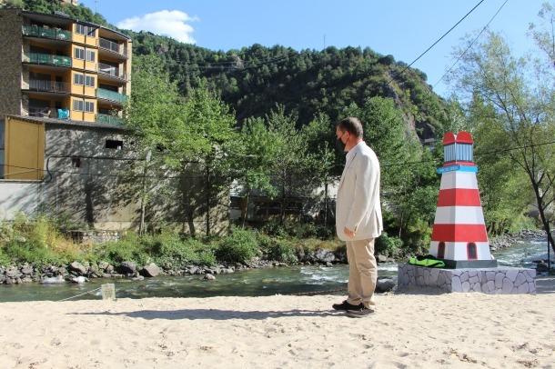 Majoral, a la sorra de la platja artificial a la vora del riu on, va confessar, no s'ha banyat.