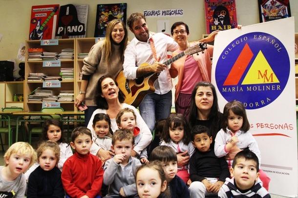 ANA/ Patxi Leiva amb els nens de l'escola espanyola.