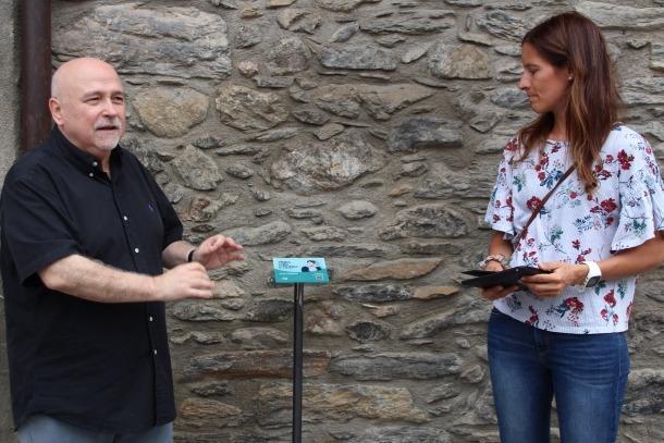 Peruga i Fenés presenten una de les plaques amb codi QR que es troben en la ruta literària.