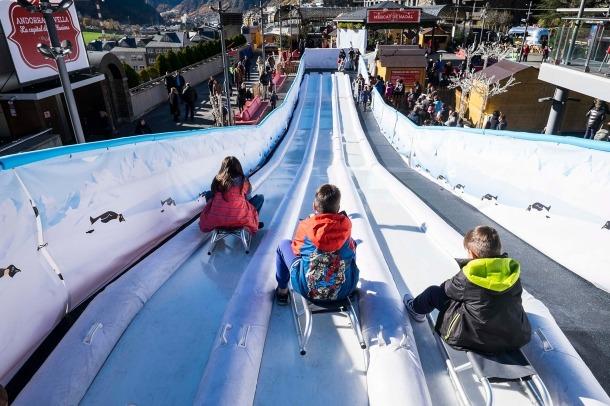 El Poblet de Nadal afronta el segon cap de setmana amb jocs de gran format i el retorn de l'espectacle 'El carilló' El Poblet de Nadal afronta el segon cap de setmana d'activitats amb l'estrena de dues propostes que tornaran a situar Andorra la Vella com a referent cultural i turístic d'aquests primers dies de la campanya de Nadal: els Maxijocs i 'El carilló', l'espectacle que la Cia. La Tal exhibeix per segon any consecutiu en el marc de la capital de les il·lusions.