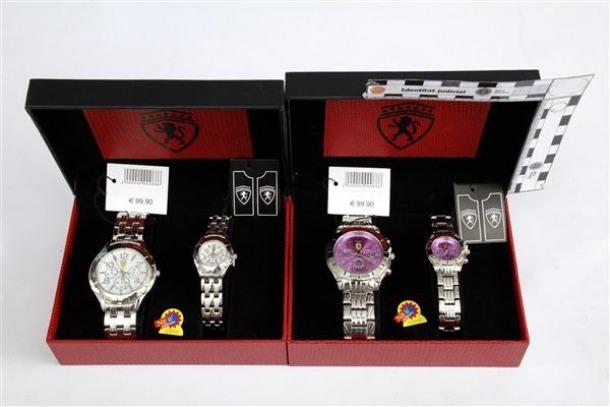 La Policia controla diverses persones per cometre estafa venent rellotges d'imitació La Policia La Policia controla diverses persones per cometre estafa venent rellotges d'imitació