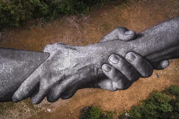 Detall de les mans pintades per Saype.