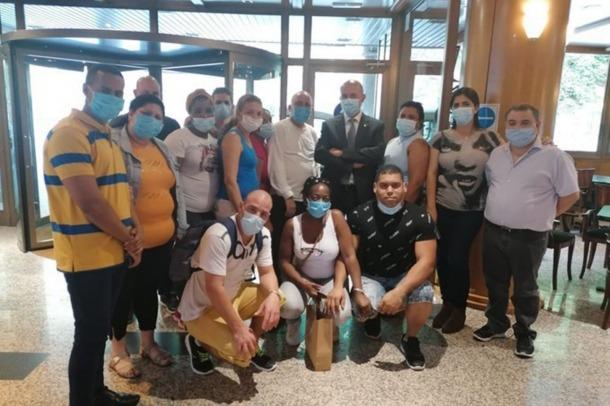 Els professionals cubans amb el ministre de Salut, Joan Martínez Benazet, en el seu comiat.