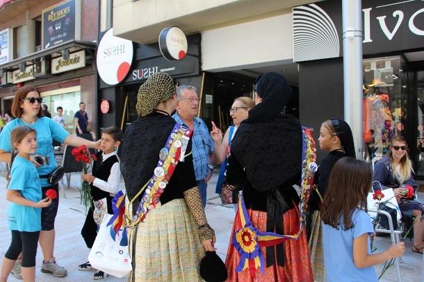 Turistes conversen amb la pubilla i la dama de la parròquia.