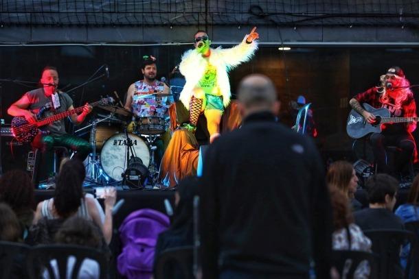 Un moment del concerts dels Punkers a la plaça de les Fontetes.