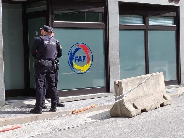 La policia a les portes de la FAF.