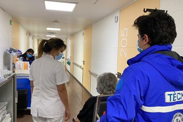 Moment en que la padrina resident a Salita abandona el centre hospitalari.