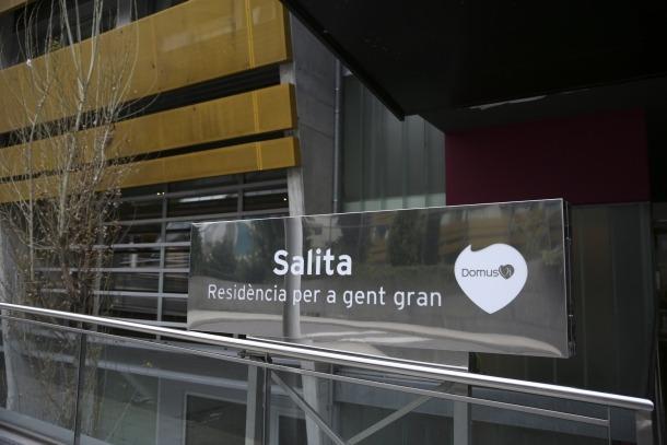 Un sanitari que presta servei a La Salita denunciava ahir la falta de material de protecció per atendre correctament els residents.