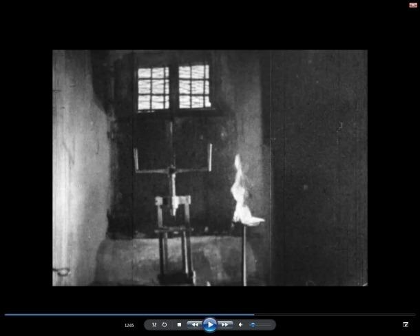 Fotograma del documental 'Andorre', rodat el 1936 pel cineasta francès Geo Keller i que perpetra una seqüència entre inquisitiva i delirant a compte del garrot, que va col·locar d'una forma en què era impossible que funcionés ni tampoc entendre'n el mecanisme.