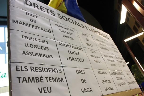 ANA/ El cartell que va presidir la concentració del mes de desembre que va aplegar mil persones.