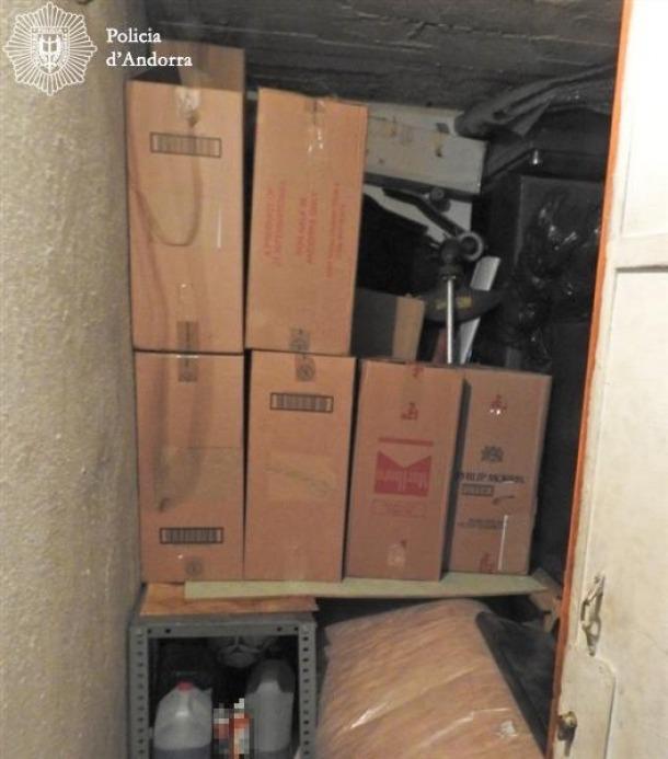 Desarticulada una banda organitzada de contraban que operava principalment al sector de Sant Julià de Lòria La Policia ha detingut 3 persones, residents i majors d'edat, en el marc de l'operació UNLUCKY relacionades amb el contraban de tabac a Espanya que en els darrers dos mesos hauria passat 7.700 cartrons de tabac per valor de 130.900 euros. La investigació va començar al mes de maig 2016 sota les ordres de la Secció d'Instrucció Especialitzada de l'Hble. Batllia, dins el marc d'unes diligències...