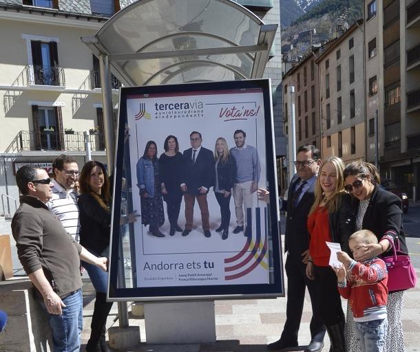 Els integrants de la candidatura parroquial de Terceravia en la penjada de cartells.