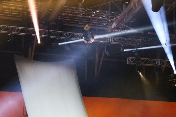L'acrobata del Cirque du Soleil moments abans de patir la caiguda.