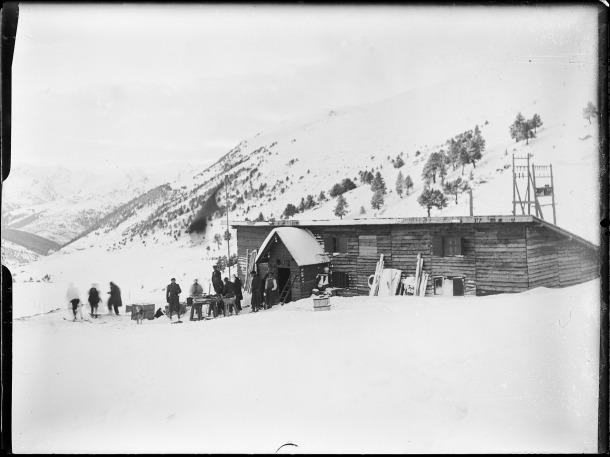 Xalet-refugi d'Envalira, 1934: en el moment de construir-se els barracons per als esquiadors; Àlvar Menéndez és l'home davant de la porta, amb armilla i mànigues de camisa.