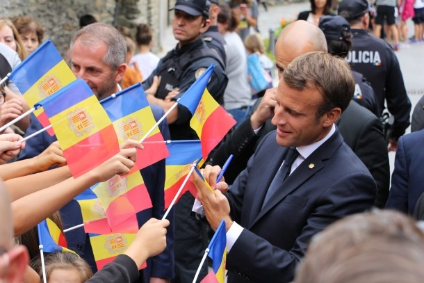 El coprincep Macron va haver de firmar autògrafs, com en aquests ordinencs que l'havien anat a rebre.