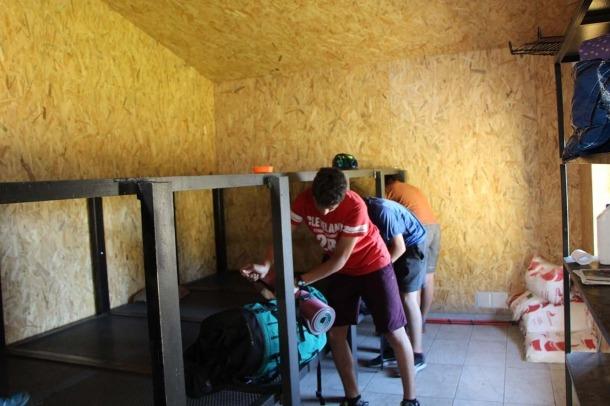 Uns usuaris abandonant el refugi de Cabana Sorda aquest divendres al matí.