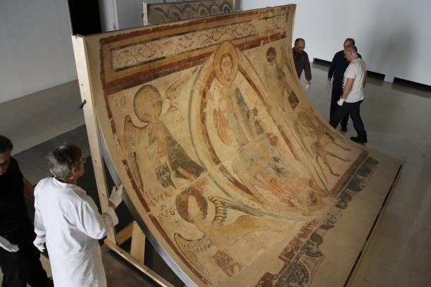 Els frescos de Santa Coloma, el maig del 2016, quan van ser extrets de la sala d'exposicions de Bombers per traslladar-los al taller de restauració de Patrimoni, a Aixovall.