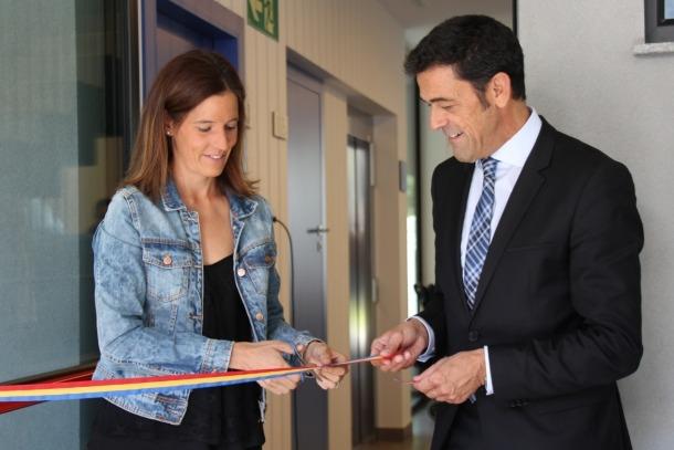 Mortés i la consellere de Cultura, Vanessa Fenés, tallen la cinta en la inauguració de l'Estudi, el nou centre sociocultural d'Ordino.