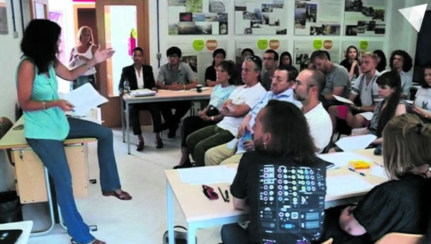 Morell, a primera fila, va ser homenatjat pels alumnes del campus de català l'1 d'agost al centre d'autoaprenentatge de la Massana.
