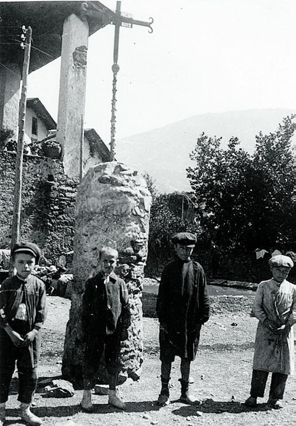 Escena infantil davant de la creu de la plaça Benlloch, que encara no es deia així, just davant de la galeria de la casa Guillemó, en l'emplaçament original de la creu (1900).