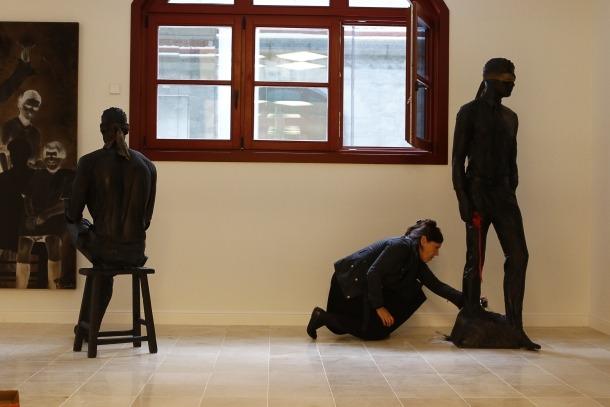 Sam Bosque retoca la instal·lació amb què va participar a la Biennal i que ara s'exposa també al Rosaleda.