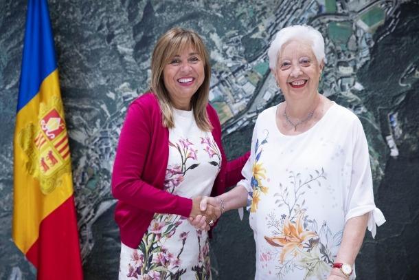 La cònsol Marsol i Roser Tort, vídua del col·leccionista Joan Codina, van firmar ahir el conveni de donació del fons fonogràfic.