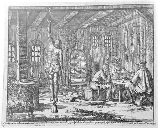 Turment del polze, que consistia a penjar el reu del dit gros, al qual van ser sotmeses les acusades de bruixeria als segles XV, XVI i XVII. Atenció al pes que li han penjat del peu al pobre reu.