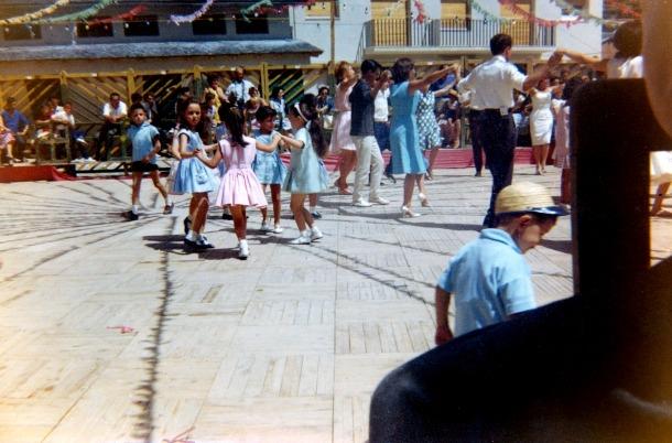 Els infantils de l'esbart Sant Romà, en acció.