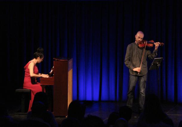 Míriam Manubens, al piano, i el violinista Alexandre Arajol són el Duo de cine.