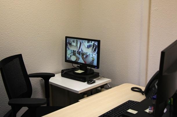 El despatx del servei de trobada familiar des d'on es controlen les visites.