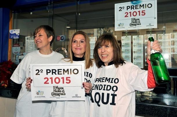 Unes dones mostren el segon premi, el mateix número que tenia la guanyadora de La Gran Bicoca.