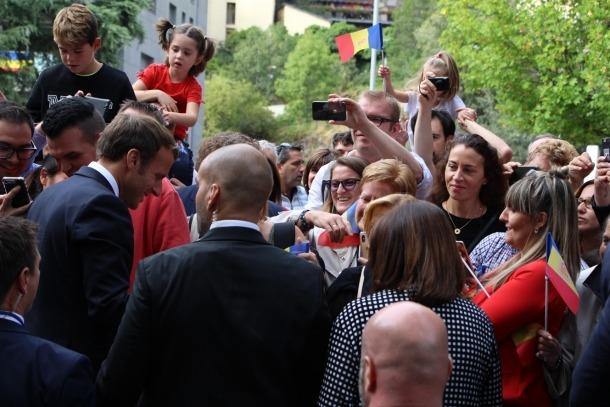 Entusiasme dels escaldencs davant d'un Macron que domina la distància curta i que es va mostrar cordial, proper i accessible.