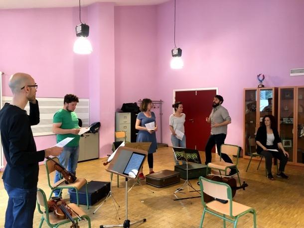Assaig d'aquesta combinació de música, dansa, narració i audiovisual que és 'La més bella pubilla d'Andorra'.