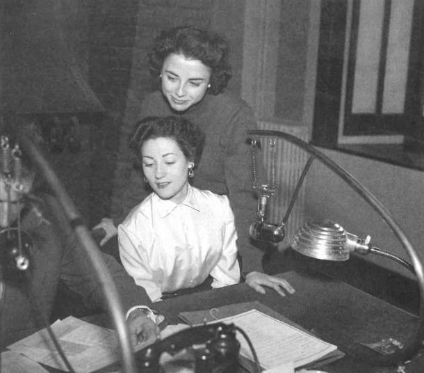 Carmen del Monte i Lydia Linares, la segona meitat dels anys 50, als estudis de Radio Andorra del Roc de les Anelletes, a Escaldes.